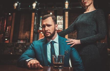 Goed gekleed echtpaar in luxe appartement interieur.