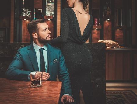 Goed gekleed paar in luxeflatbinnenland. Stockfoto