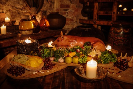 Medieval ancient kitchen table with typical food in royal castle. Zdjęcie Seryjne - 56347984