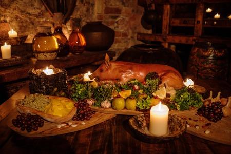 Medieval mesa de la cocina antigua con comida típica en el castillo real. Foto de archivo - 56347984