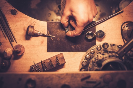 전문 도구와 공예 보석 결정을위한 바탕 화면.