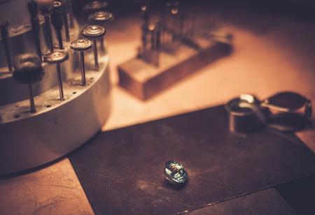 Desktop per creazione di gioielli artigianali con strumenti professionali. Archivio Fotografico