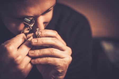 Portrait d'un bijoutier lors de l'évaluation de bijoux. Banque d'images - 57501549
