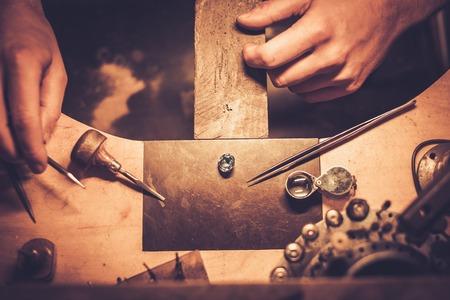 Desktop per creazione di gioielli artigianali con strumenti professionali. Archivio Fotografico - 57501759