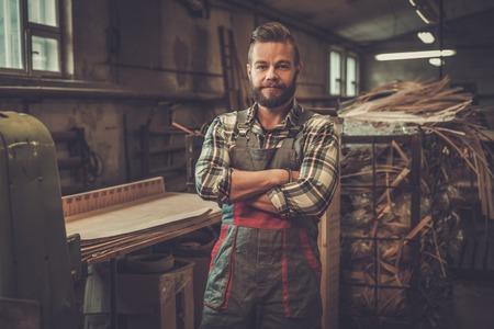 목수 목공 워크샵에서 자신의 직장에 포즈. 스톡 콘텐츠