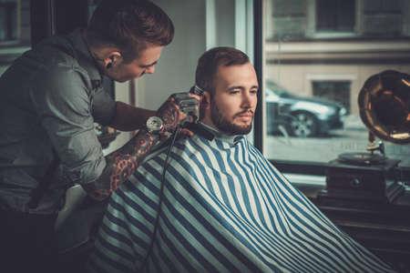 Überzeugter Mann Friseur im Friseurladen zu besuchen.