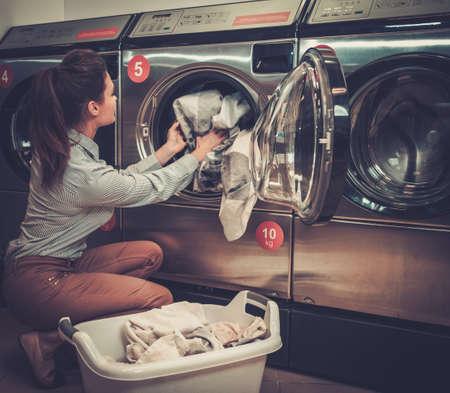 세탁실에서 일하는 아름다운 여자