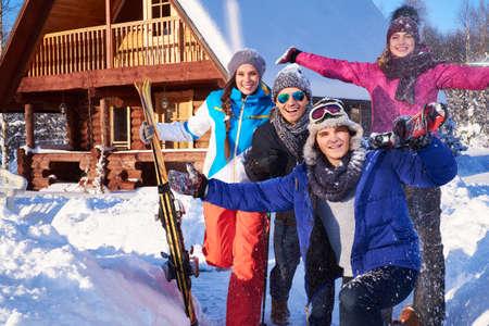 Migliori amici trascorrono le vacanze invernali in cottage di montagna.