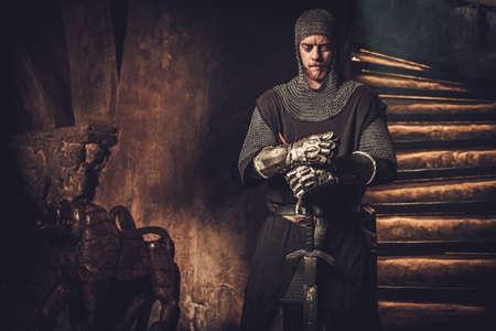 Caballero medieval en el interior del castillo antiguo Foto de archivo