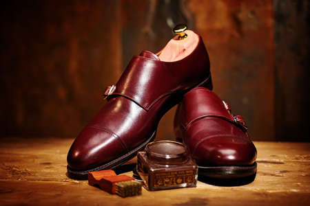 Still life with men's leather shoes and accessories for shoes care Zdjęcie Seryjne - 66525332