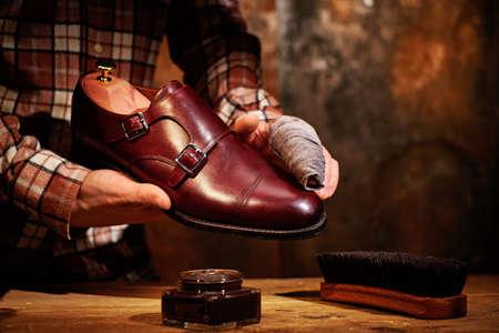 ぼろぼろで靴を輝かせる男 写真素材 - 102895511