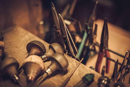Orfebres diferentes herramientas en el lugar de trabajo joyería. Foto de archivo - 67217943