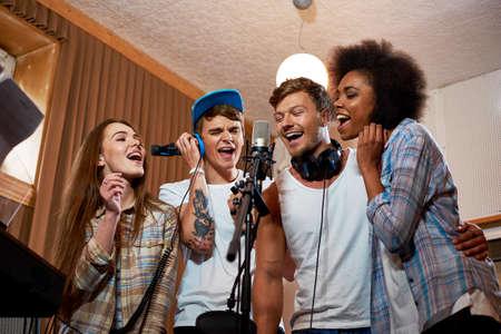 Musik-Band während der CD-Aufnahme im Studio