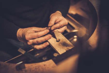 Jubiler w pracy w warsztacie jubilerskim Zdjęcie Seryjne