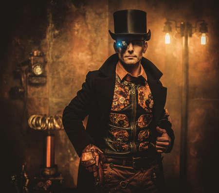 Hombre de Steampunk con el arma en fondo del steampunk del vintage Foto de archivo - 73544072