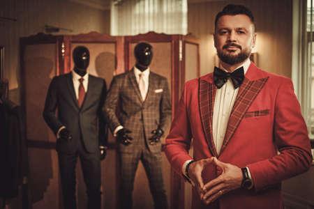 Extravagante stijlvolle man in kleermakerij Stockfoto