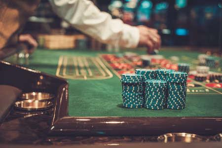 Mesa de juego en el casino de lujo Foto de archivo - 74804376