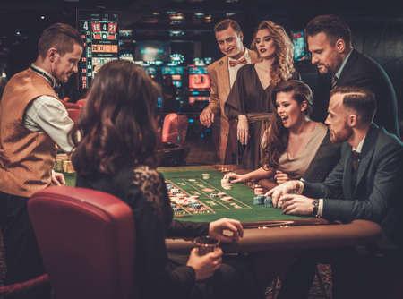 カジノでギャンブルのアッパー クラスの友人