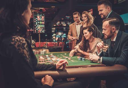 Bovenklasse vrienden gokken in een casino