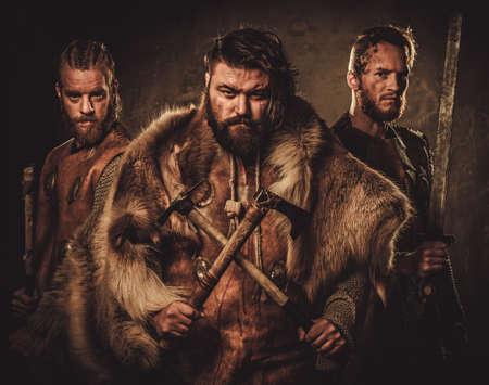 Vikings con su konung en un tradicional ropa de guerrero Foto de archivo