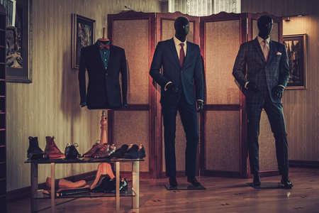 맞춤형 신발 및 양복점 맞춤형 스튜디오에서. 스톡 콘텐츠