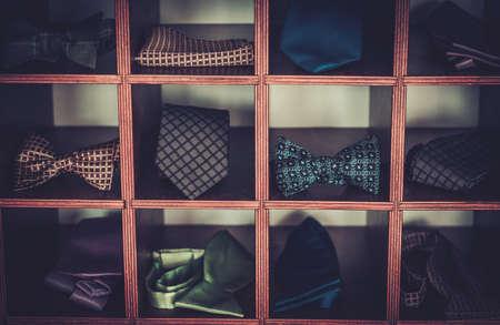 주문 제작은 나비 넥타이와 넥타이를 만들었습니다.