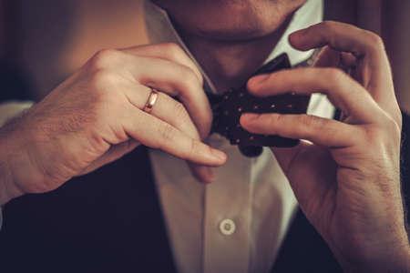 맞춤 제작 bowtie를 매는 남자