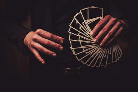 카드로 트릭을 보여주는 남자 스톡 콘텐츠 - 77918947