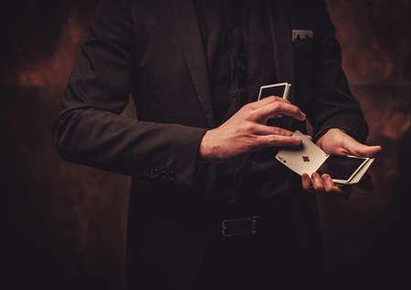 Uomo mostrando trucchi con le carte Archivio Fotografico - 77918846