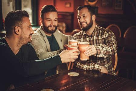 쾌활 한 오래 된 친구 재미와 술에 맥주를 마시는 술집. 스톡 콘텐츠