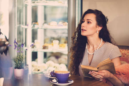 Elegant young lady alone in a cafe Фото со стока - 78788955