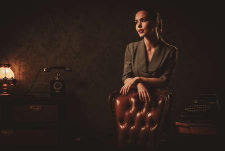 Mooie jonge vrouw in retro interieur