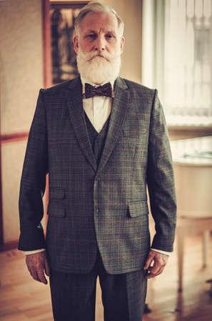 高級インテリアで身なりの年配の男性
