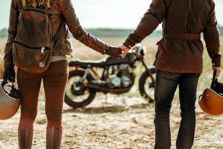 Paar en cafe racer motorfiets