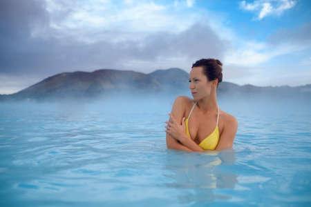 Vrouw heeft spa in geothermische hete lente Stockfoto