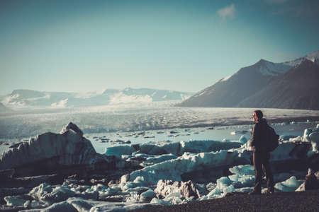 Vrouw ontdekkingsreiziger kijk op Jokulsarlon lagune, IJsland.