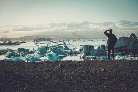 Man ontdekkingsreiziger kijk op Jokulsarlon lagune, IJsland. Stockfoto