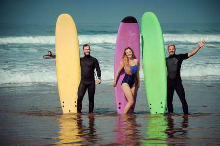 Surfer friends on a beach with a surfing boards Imagens - 81814447
