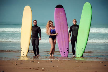 Surfer friends on a beach with a surfing boards Imagens - 81815220