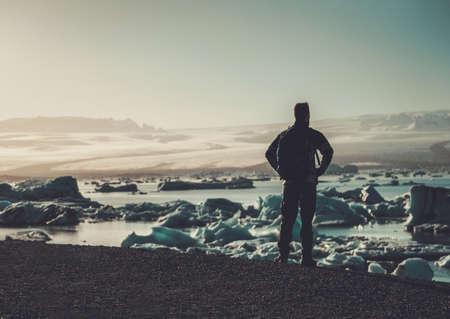 Explorador de hombre mirando la laguna de Jokulsarlon, Islandia Foto de archivo - 86178974