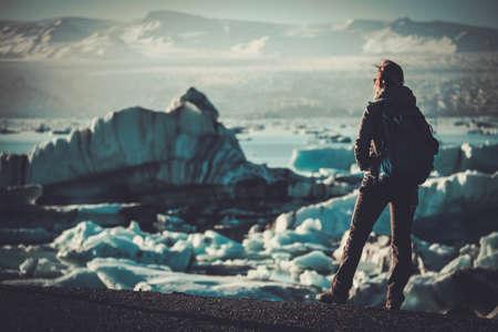 Vrouwenverkenner lookig Jokulsarlon-lagune, IJsland Stockfoto