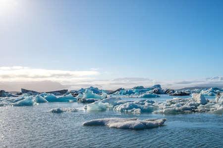 ダウン地球温暖化により氷河融解」像。