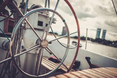 ヨットのステアリング ホイール。