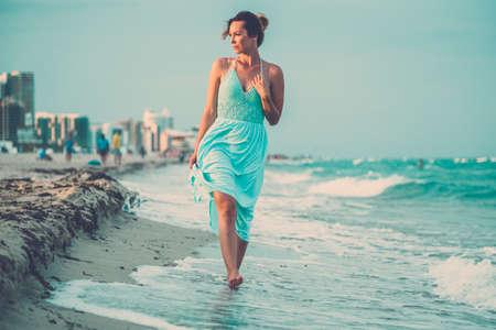 Mooie vrouw die langs het Zuidenstrand loopt, Miami, de VS