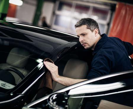 세차에 자동차를 연마하는 사람 (남자). 스톡 콘텐츠