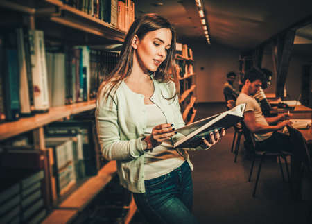Young woman in a college library Banque d'images