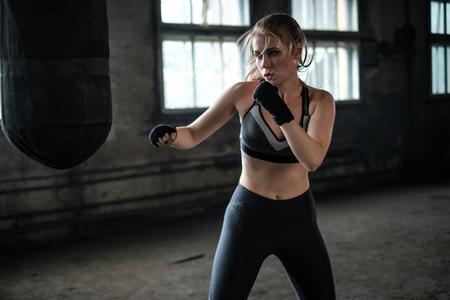 Boxerin, die sich auf das Training im Boxclub vorbereitet