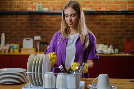 Young beautiful woman works in kitchen Banque d'images