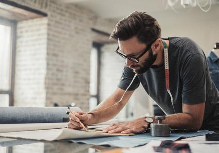 Diseñador de moda trabajando en su estudio.