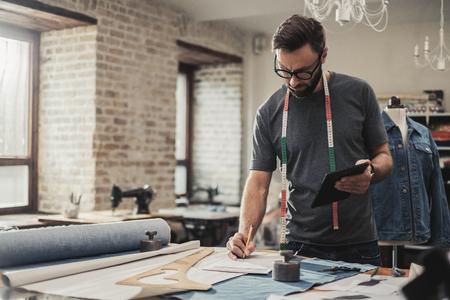 Projektant mody pracuje w swoim studio Zdjęcie Seryjne